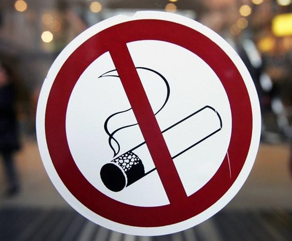 Патрульні оштрафували франківців за куріння в публічних місцях